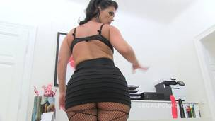 Huge butt MILF Montse Swinger drinks in video (piss drinking anal threesome) SZ584